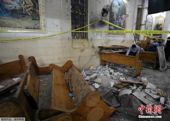 发生爆炸案的坦塔市科普特教堂内部一片狼藉,受损严重。