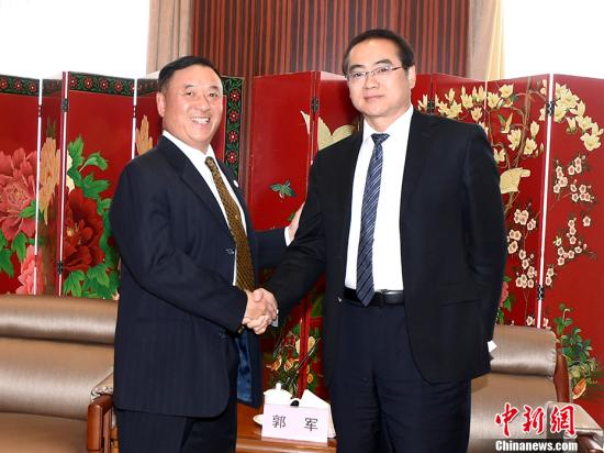4月10日,国务院侨务办公室副主任郭军(右)在北京会见了以刘卓华(左)为团长的美国香港总商会代表团一行。 <a target='_blank' href='http://www.chinanews.com/'>中新社</a>记者 张勤 摄