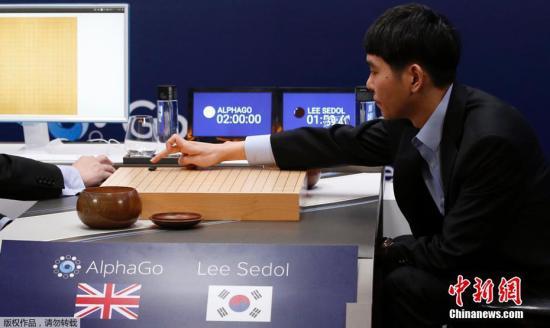 2016年的五番棋,人工智能阿尔法狗战胜韩国棋手李世石,一战成名。在最新的世界排名上,阿尔法狗也一举超越众多棋手,排在了第二名的位置。在阿尔法狗之上的,是目前排名第一的柯洁。这样的排名,也让即将到来的乌镇大战,变的更加激动人心。图为2016年3月9日,韩国著名围棋棋手李世石(右)与阿尔法狗进行人机大战。