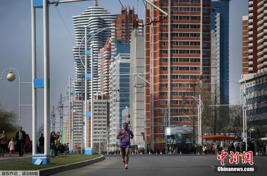 一名参赛者在未来科学家大街上奔跑。