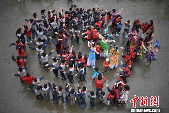 资料图:留守儿童与志愿者一起舞蹈。 陈超 摄
