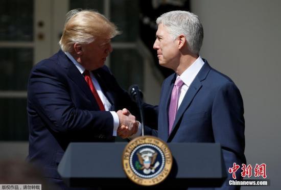 特朗普与戈萨奇握手。早在今年1月31日,特朗普上任仅11天就提名戈萨奇为最高法院大法官人选,但他的获任却并不顺利。在戈萨奇被提名后,参议院的民主党就一直明确表示,将利用一切规则来阻碍他被任命。
