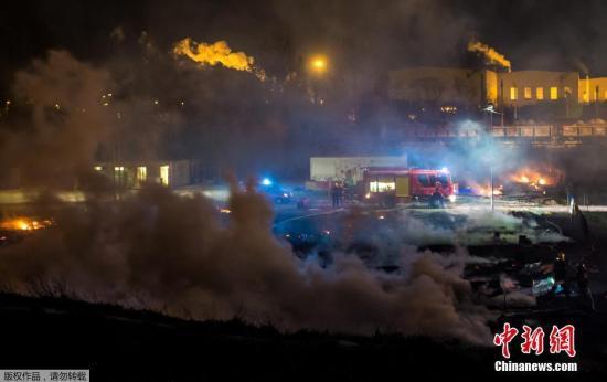 消防人员赶到现场,火势被扑灭后地上堆积大量的灰尘。消防部门称,至少10人在火灾中受伤。