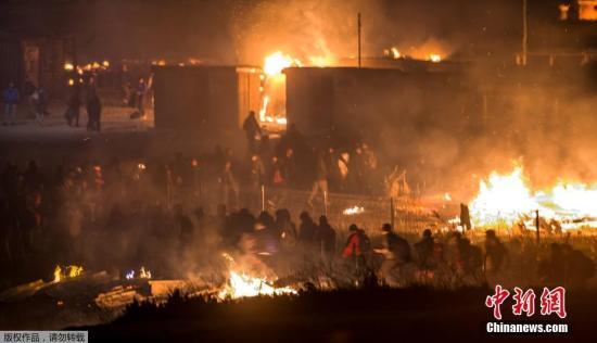 据消防人员介绍,在3月底的时候,该移民营里居住了约1500人,里面的房屋都是紧密排列的木质棚户,火情容易扩散。