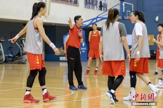 图为中国女篮主教练许利民在公开训练课上重点训练队员防守战术。 中新社记者 崔楠 摄