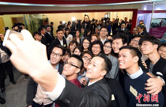 资料图:香港特区行政长官林郑月娥与在京香港学生代表交流。 <a target='_blank' href='http://www.chinanews.com/'>中新社</a>记者 侯宇 摄