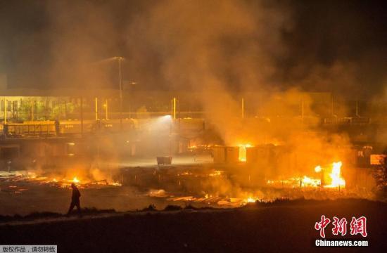 当地时间2017年4月10日, 法国敦克尔克,Grande-Synthe移民营发生大火,据悉,至少10人受伤。图为火灾现场。