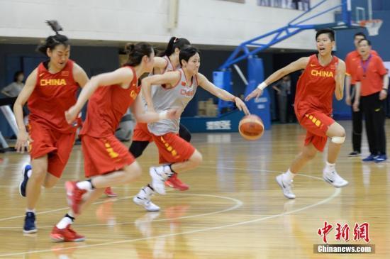 4月10日,新一届中国女篮公开训练课在北京举行,中国篮协主席姚明及女篮新帅许利民与新一届女篮国家队正式亮相。图为中国女篮队员们进行训练。中新社记者 崔楠 摄