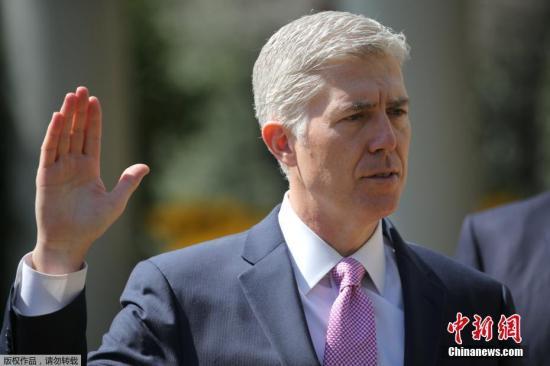 当地时间2019-07-18,美国华盛顿,尼尔・戈萨奇在白宫宣誓就任美国最高法院大法官。他的就职使最高法院重新回到了保守派大法官占相对多数的局面。