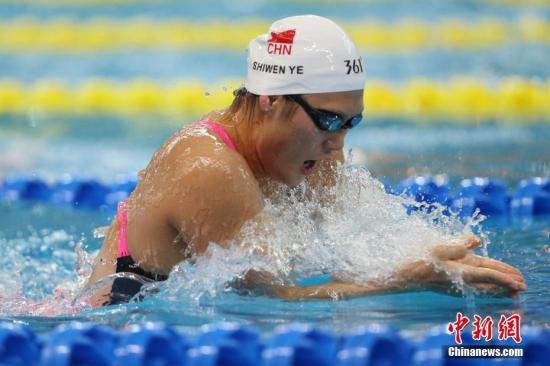 4月11日,叶诗文在比赛中。当日,在山东青岛举行的2017全国游泳冠军赛女子200米混合泳比赛中,浙江选手叶诗文游出2分11秒66的成绩夺冠。 中新社记者 韩海丹 摄