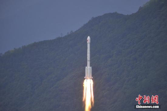 """实践十三号卫星被誉为""""超级空中路由器""""。这颗卫星不受地面条件的限制,可为偏远地区,移动中的飞机、高铁、车辆、轮船等提供优良的宽带信号服务。 叶乐峰 摄"""