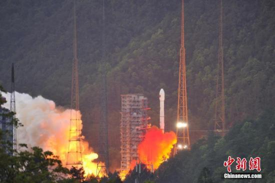 4月12日19时04分,中国西昌卫星发射中心成功发射实践十三号卫星。实践十三号卫星是中国首颗高通量通信卫星,这颗卫星首次在高轨道上应用激光通信和电推进等技术,通信总容量达20G以上,超过我国此前所有通信卫星容量的总和。 叶乐峰 摄