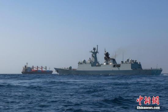 当地时间4月11日,中国海军第25批护航编队玉林舰,将此前被武力营救的图瓦卢籍OS35号货船护送至也门亚丁港附近的安全海域。图为商船在玉林舰的警戒下驶向也门亚丁港引航锚地。<a target='_blank' href='http://www.chinanews.com/'>中新社</a>发 李维 摄