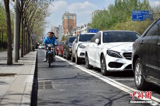 资料图:北京市一种新式路侧停车位 。<a target='_blank' href='http://www.chinanews.com/' >中新网</a>记者 金硕 摄