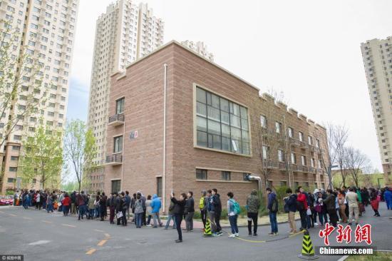 资料图:2017年4月11日,北京,在燕保・马泉营家园公租房项目现场排队办理公租房登记的队伍。图片来源:视觉中国