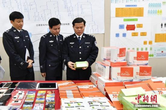 资料图:警方展新型网络传销团伙作案物品。<a target='_blank' href='http://www.chinanews.com/'>中新社</a>记者 陈骥�F 摄