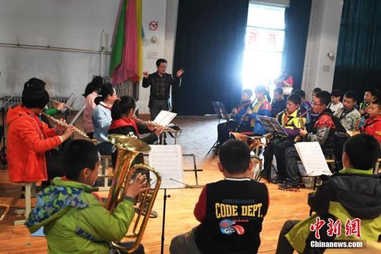 """资料图:兰州实验小学学生在学校管乐队进行免费的""""课后教育""""管乐类的培训。(图文无关) 中新社记者 杨艳敏 摄"""