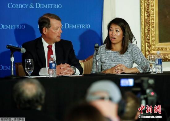 遭暴力驱逐的美国联合航空公司亚裔乘客的女儿和代表律师,4月13日在芝加哥工会联盟俱乐部召开新闻发布会,公布父亲伤情,并表示在调查工作完成后将提起诉讼。