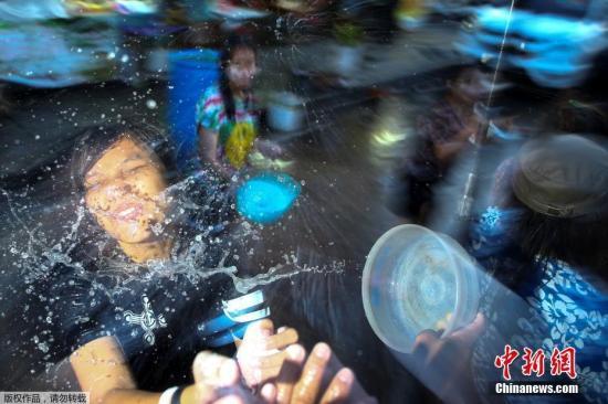 """资料图:当地时间2017年4月13日,泰国迎来为期3天的""""宋干节"""",也称""""泼水节""""。"""