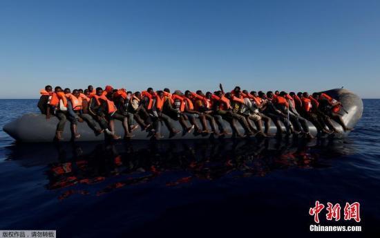 资料图:利比亚海域乘坐橡皮艇的移民。