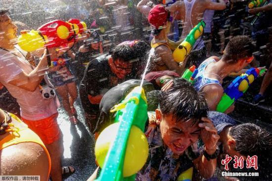 """泼水节来临,曼谷民众""""湿身""""大战。"""