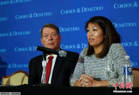 """遭暴力驱逐的美国联合航空公司亚裔乘客陶大卫(David Dao音译)的女儿和代表律师,4月13日在芝加哥工会联盟俱乐部召开新闻发布会,公布了陶大卫的伤情,并表示在调查工作完成后将提起诉讼。美国总统特朗普12日在接受采访时称美联航的事件是""""可怕的""""。"""