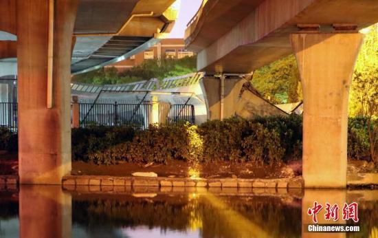4月14日,浙江省杭州市一高架桥西下侧非机动车道发生侧翻。当日,杭州市萧山区工人路高架桥西下侧非机动车道发生侧翻,造成一名行人受轻伤。 记者 王刚 摄