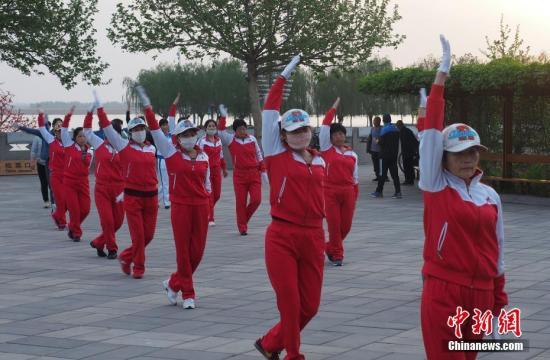 资料图:雄安新区,在白洋淀畔晨练的人们。 <a target='_blank' href='http://www.chinanews.com/'>中新社</a>记者 毛建军 摄