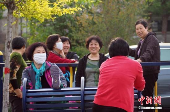 资料图:河北安新县一广场晨练的人们。 记者 毛建军 摄