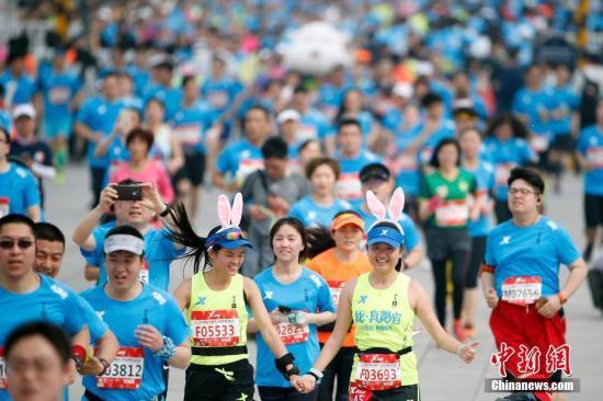 4月16日,2017北京国际长跑节暨北京半程马拉松在天安门广场鸣枪起跑,两万余名跑者参赛,其中包括来自22个国家和地区的外籍选手73人。本届长跑节共设半程马拉松、家庭跑两个项目。<a target='_blank' href='http://www.chinanews.com/'>中新社</a>记者 盛佳鹏 摄