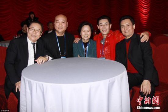 资料图:杨洁与《西游记》部分演员合影。图中为杨洁。图片来源:视觉中国
