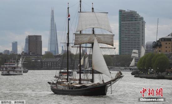 资料图:英国伦敦泰晤士河上的水上游行。