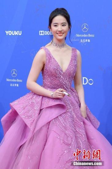资料图:演员刘亦菲亮相红毯。 中新社记者 崔楠 摄