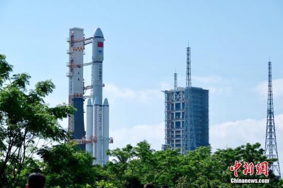 4月17日7时30分,承载着长征七号遥二运载火箭与天舟一号货运飞船组合体垂直转运至发射区。央视 陈涛 摄