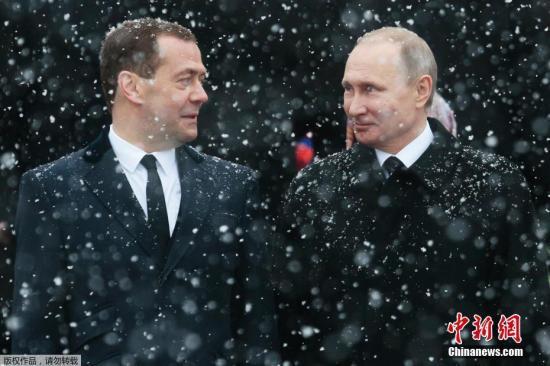 """如果没有普京,梅德韦杰夫也许还是一名朝九晚五的讲师,同为列宁格勒人,普京和梅德韦杰夫是老乡,同为列宁格勒大学毕业生,普京和梅德韦杰夫是校友,先后从师同一名教授,俩人又是师兄弟。曾经梅德韦杰夫表示,和普京的友谊在近20年中形成。梅德韦杰夫和普京的共同爱好是滑雪,经常在镜头前展示""""梅普组合""""的英姿,走上政坛,二人是并肩的战友,走进生活,他们可以一起品茶、散步、看球赛。今生有友如此,夫复何求。"""
