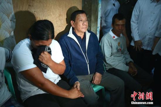 """资料图""""""""4月17日,菲律宾总统杜特尔特前往一名在与极端组织""""阿布沙耶夫""""武装分子交火中殉职的政府军士兵家中探望、慰问。中新社记者 malacanang 摄"""