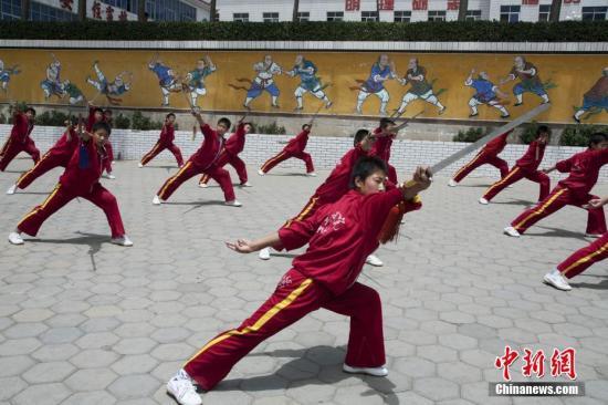 资料图:少林寺武术表演。 石宝�L 摄 图片来源:CTPphoto