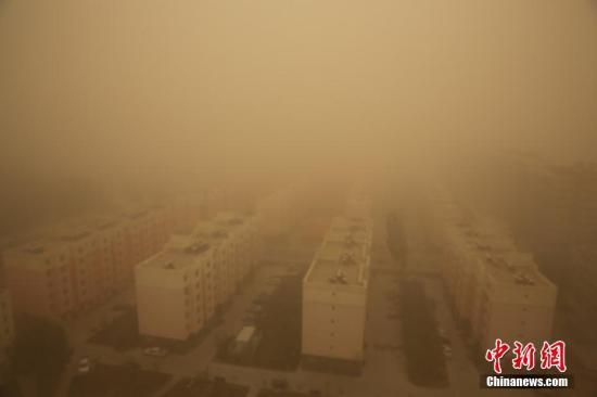 资料图:受冷空气影响,4月18日14时左右,新疆生产建设兵团第二师且若垦区遭遇沙尘暴天气袭击,给当地的生产生活带来了严重的影响。李嘉成 杨金宝/文 李嘉成/摄