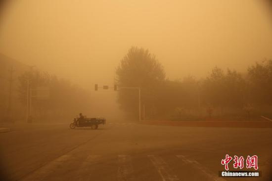 另据新疆气象台4月18日12时发布的沙尘暴黄色预警信号,18日午后至19白天,南疆塔里木盆地东部有5级左右偏东风,巴州南部、阿克苏、喀什、和田等地有不同程度的沙尘天气,局地有沙尘暴。 李嘉成 杨金宝/文 李嘉成/摄