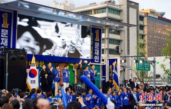 韩国最大在野党共同民主党总统候选人文在寅(图中)在首尔光化门广场参加竞选造势活动。<a target='_blank' href='http://www.chinanews.com/'>中新社</a>记者 吴旭 摄