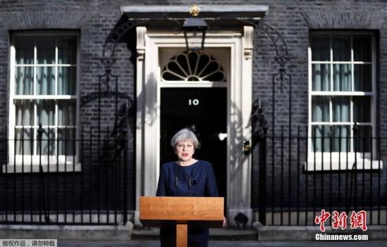 资料图:当地时间4月18日,英国首相特蕾莎・梅在首相官邸前发表声明,宣布将在6月8日提前大选。
