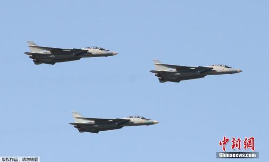 当地时间4月18日,伊朗在首都德黑兰举行阅兵仪式庆祝建军节,总统哈桑?鲁哈尼出席并发表讲话。图为美制F-14战机飞过检阅台。