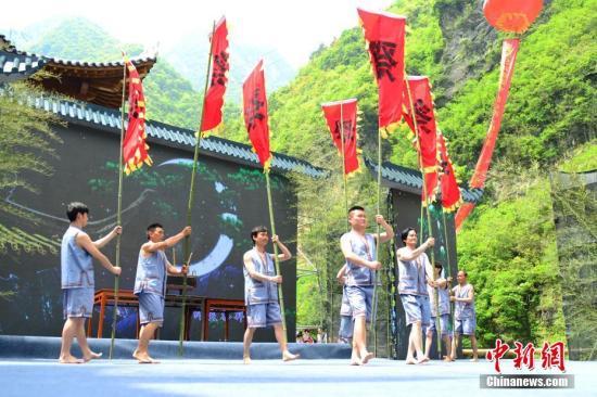 资料图:4月18日,第五届长江三峡(巴东)纤夫文化旅游节在湖北巴东开幕。巴轩 摄