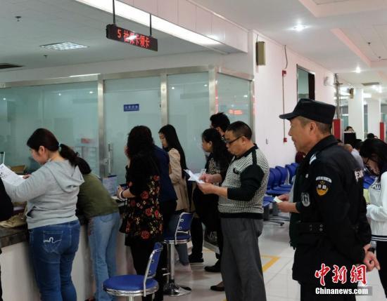 资料图:参保人在河南郑州社会保险办事大厅办理业务。 中新社记者 王中举 摄