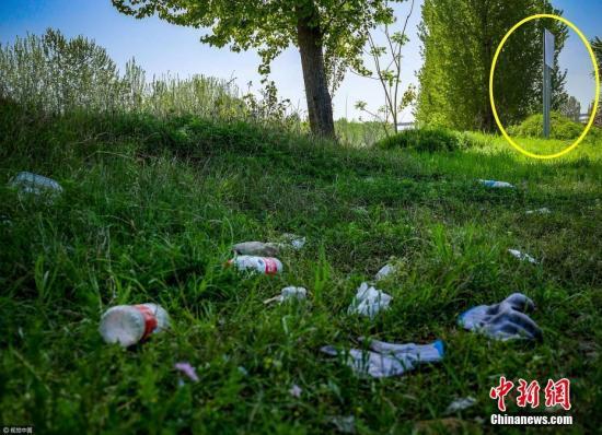 资料图:河道中被丢弃的矿泉水瓶。 文字来源:环球网 图片来源:视觉中国