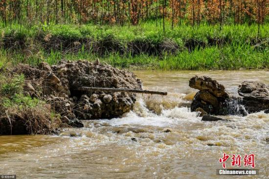 资料图:被生活垃圾、建筑垃圾污染的河流。图片来源:视觉中国