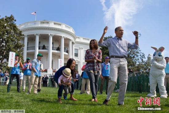 """除了明星,政坛大咖也绝不会放过复活节这个机会,大秀亲民牌。图为2014年4月21日,奥巴马夫妇在白宫举行复活节""""滚蛋""""比赛。上千个孩子在白宫的南草坪上追逐彩蛋,玩的兴高采烈。"""