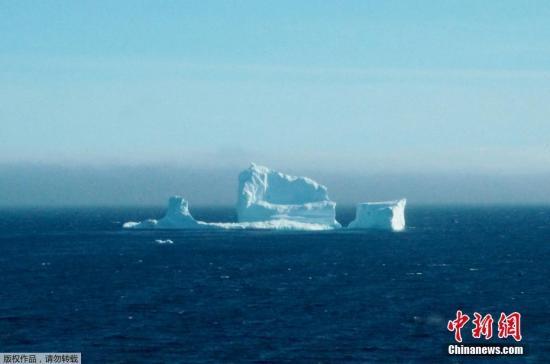 """当地时间4月16日,加拿大纽芬兰海岸边,一座冰山""""路过""""此地。当地居民认为这是今年看到的第一座冰山。在加拿大纽芬兰岛北端的大北半岛,每年六月中旬举办一次 """"冰山节"""",旅游者们来这里观看冰山。纽芬兰沿岸是世界上观看冰山的最佳地点之一,每年的五月底、六月上旬,则是观看冰山的最佳时节。"""