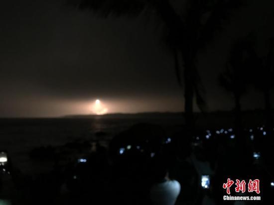 """中国自主研制的首艘货运飞船""""天舟一号""""于4月20日晚间19时41分在海南文昌航天发射场发射升空。王子谦"""