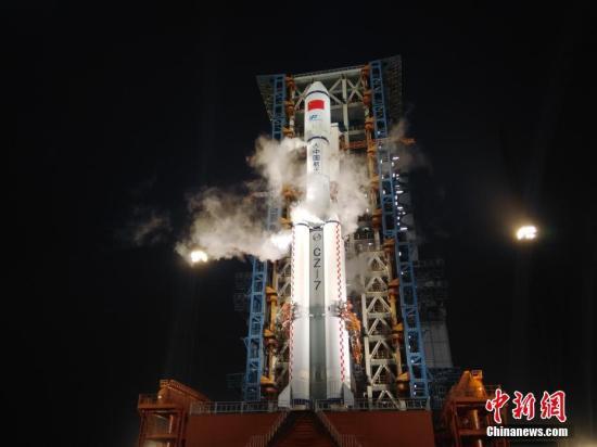 4月20日傍晚,海南文昌,搭载天舟一号飞船的长征七号运载火箭静待发射。董大伟 摄